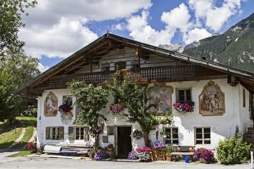 Traditioneller Bauernhof mit Lüftlmalerei in Leutasch in Tirol