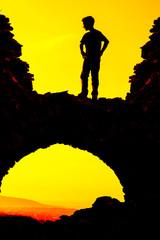 Kind über Steinbogenbrücke