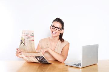 Junge hübsche Geschäftsfrau am Schreibtisch