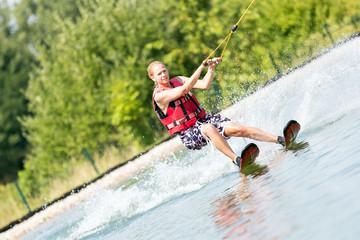 Trainierte blonde Frau beim Wassersport