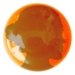 visage de jeune femme sur bouton orange