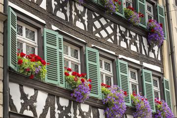 Fachwerkhaus mit Blumenfenstern