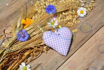 Getreide mit Stoffherz und Blüten