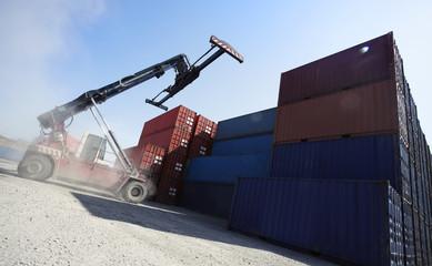 Kran stapelt Container