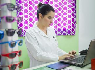 Mujer profesional que trabaja en optica