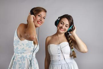 Dos mujeres jóvenes escuchando musica