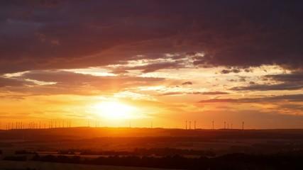 Sturmwolken zum Sonnenuntergang Zeitraffer 4K Panning
