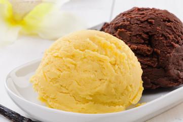 Gelato vaniglia e cioccolato, close-up, fuoco selettivo