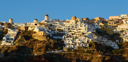 Le village d'oia à Santorin depuis la baie d'Amoudi