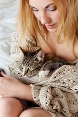 junge schöne Frau mit ihrer Katze