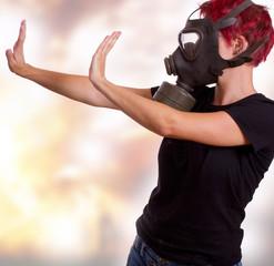 Frau mit Gasmaske und abwehrende Haltung