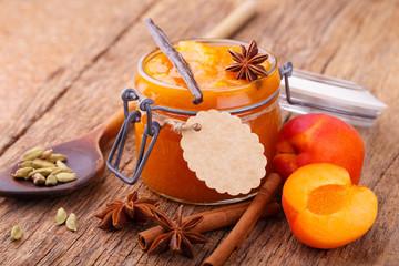 Aprikosenmarmelade mit duftenden Gewürzen