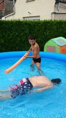 Garçon jouant dans une piscine