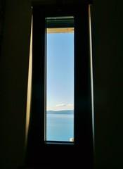 Durch schmale Fenster auf die See fotografiert