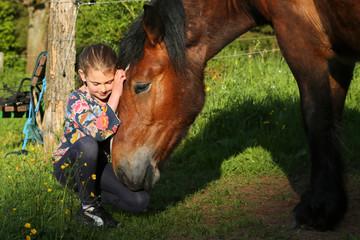Mädchen verträumt mit Pferd