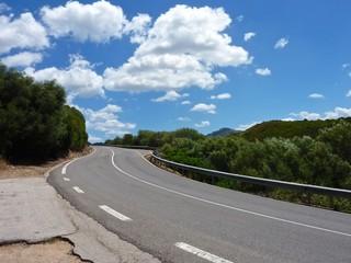 Strada, nuvole e vegetazione