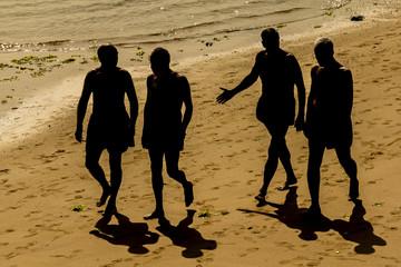 Grupo de amigos paseando por la playa