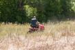 tondeuse autoportée dans une prairie