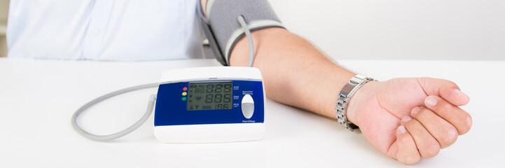 .patient überprüft seinen blutdruck
