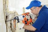 Handwerker arbeitet mit Elektro-Meissel