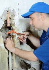 Handwerker arbeitet an Rohr-Leitung
