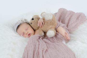 Newborn mit Teddybär