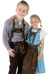 Junge und Mädchen in Tracht für Oktoberfest