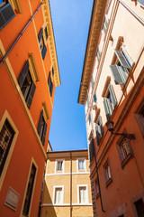 malerische Häuser in einer Altstadtgasse in Rom