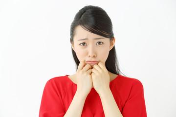 泣く・若い女性