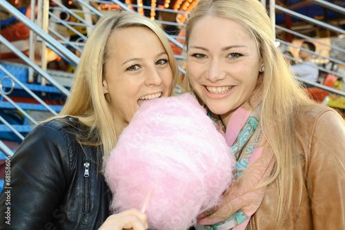 Freundinnen essen Zuckerwatte auf Kirmes - 68158606