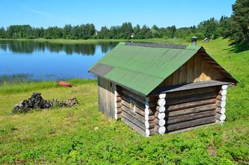 Бревенчатая баня на берегу озера