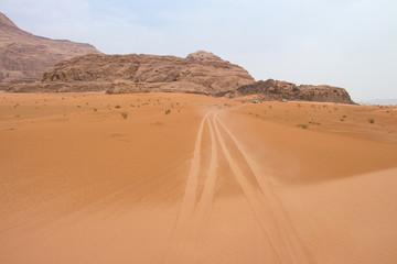 Fahrzeugspuren im Wadi Rum, Jordanien