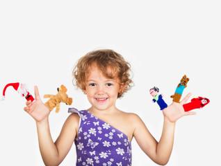 bambina con marionette da dito