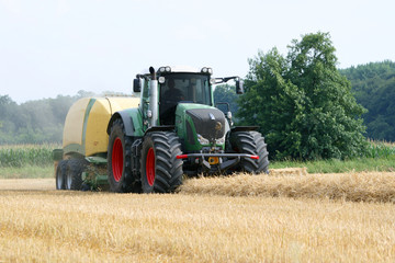 Traktor mit Strohballenpresse