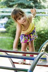 Девочка на игровой площадке