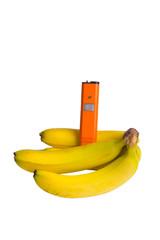 бананы с электронным измерителем изолированные на белом