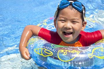 元気にプールで遊ぶ子供
