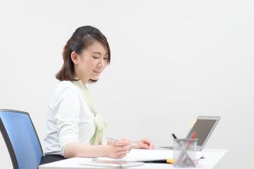 書類作成中の女性