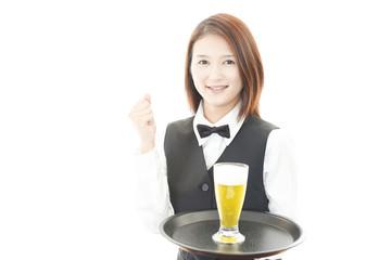 ビールを運ぶウェイトレス