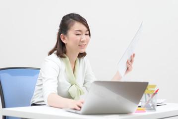 仕事中の若い女性