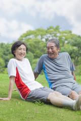 芝生に座る夫婦