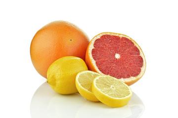 Grejpfrut z cytryną na białym tle