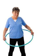 Seniorin trainiert mit Hula-Hoop Reifen