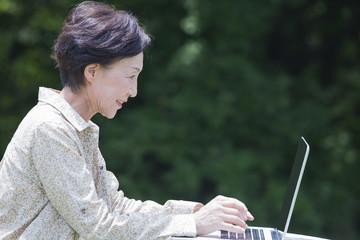 パソコンをするシニアの女性