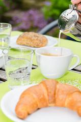 kaffee und coissant zum frühstück