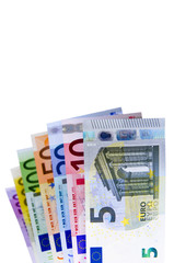 Eine Reihe von Euro-Geldscheinen auf Weiß