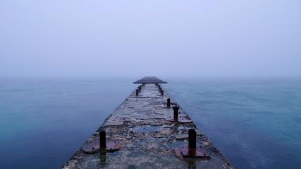 Одинокий волнорез в море