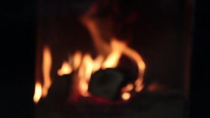 Kaminfeuer, unscharf zu scharf