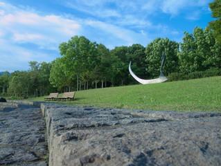 オブジェとベンチのある公園