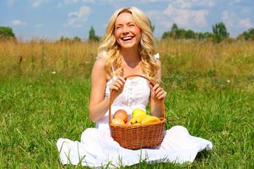 Улыбающиеся девушка с корзиной фруктов